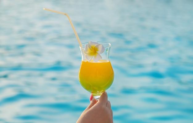Cocktail dans les mains d'une femme.