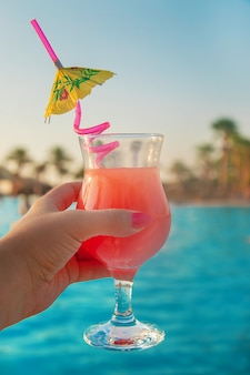 Cocktail dans les mains d'une femme