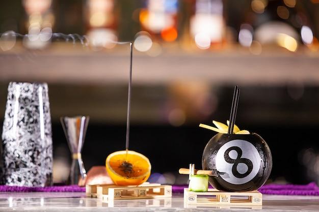 Cocktail dans une piscine bal o bar comptoir. boisson fraîche