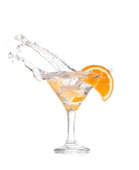 Cocktail dans un verre à martini sur fond blanc avec des fruits