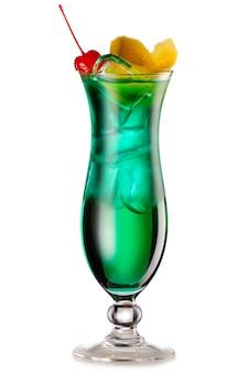 Cocktail du diable vert avec une tranche de citron et de cerise isolé