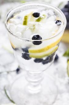 Cocktail eau détox. boisson de fête d'été.