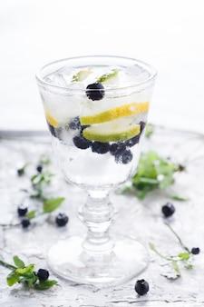 Cocktail d'eau détox, myrtille, citron vert, citron et glace