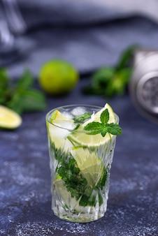 Cocktail d'été au citron vert et menthe