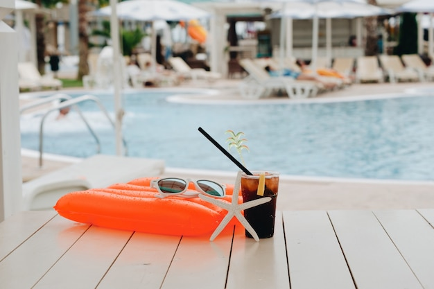 Cocktail d'été au parc aquatique en vacances