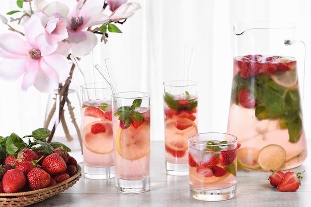 Cocktail d'été aux fraises ou limonade au basilic boisson gazeuse bio rafraîchissante froide