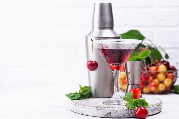 Cocktail d'été cerise martini rouge