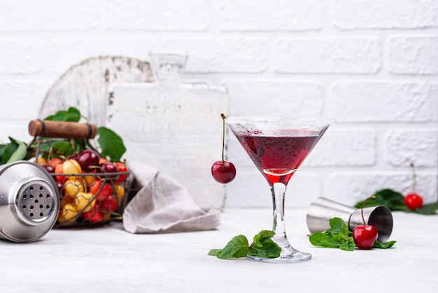 Cocktail d'été cerise martini rouge