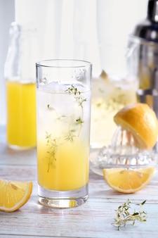 Cocktail d'été facile (limoncello) jus de citron frais, vodka et club soda ou eau gazeuse. cette boisson est la meilleure façon de se rafraîchir par une journée chaude.