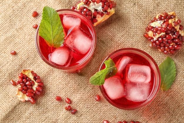 Cocktail d'été frais dans des verres sur table