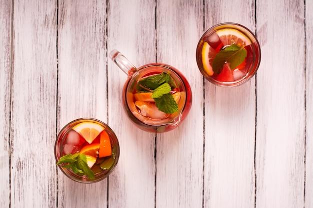 Cocktail d'été frais avec des fruits. vue de dessus