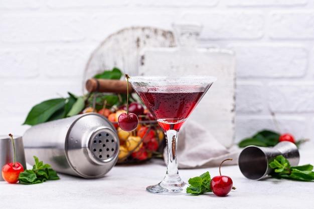 Cocktail d'été martini aux cerises rouges