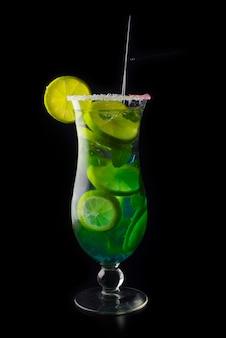 Cocktail d'été mojito isolé sur fond noir