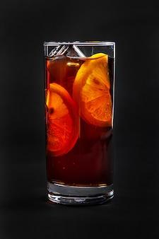 Cocktail d'été sur noir isolé