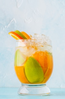 Cocktail d'été rafraîchissant / eau infusée aux fruits détox