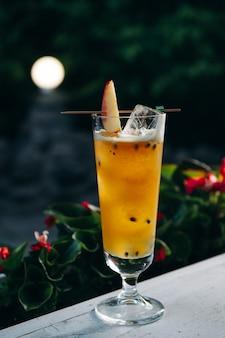 Cocktail d'été rafraîchissant à la pêche et aux fruits de la passion