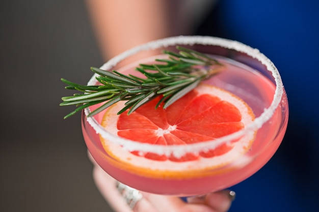 Le cocktail exotique et les mains féminines