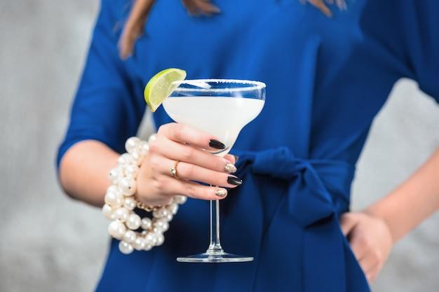 Cocktail exotique et mains féminines