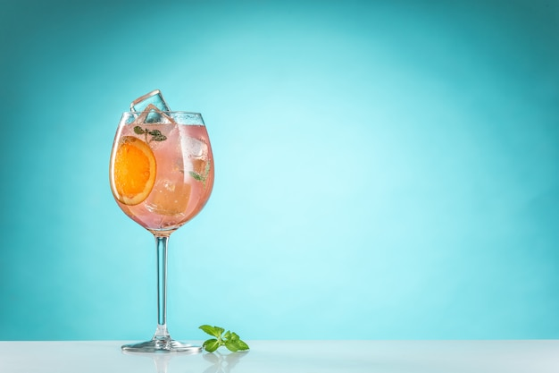 Le cocktail exotique rose et fruits sur bleu