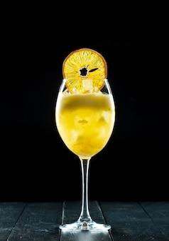 Cocktail sur fond noir