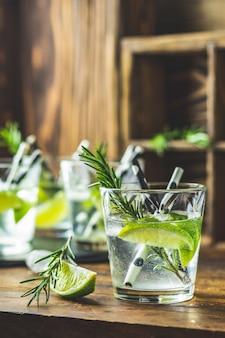 Cocktail frais au citron vert, glace et romarin, cocktail au mojito