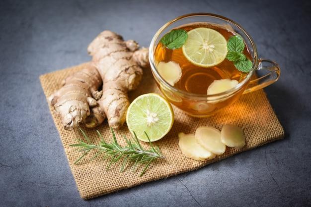 Cocktail frais au gingembre et au citron, jus de gingembre chaud en verre et jus d'herbes de racine de gingembre