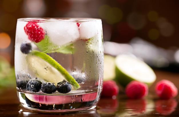 Cocktail frais à la menthe et baies