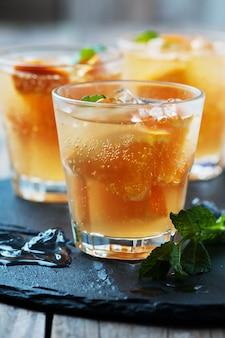 Cocktail frais à l'orange, à la menthe et à la glace