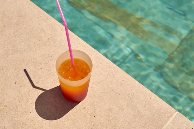 Un cocktail frais à la piscine.