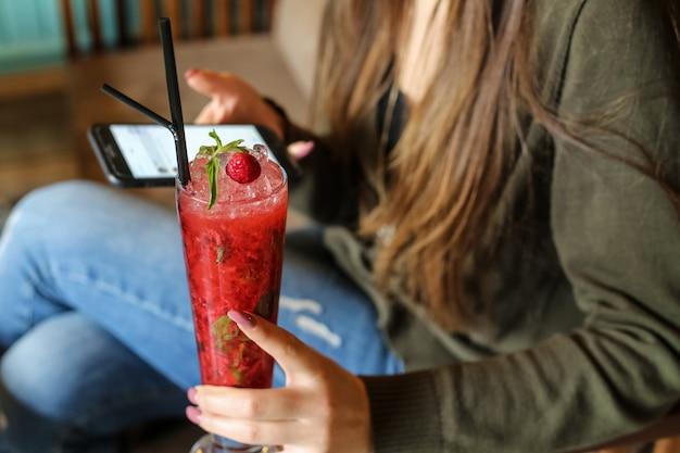 Cocktail fraise menthe syrop glace eau pétillante vue latérale