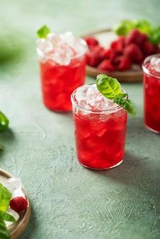Cocktail de framboises fraîches au basilic et glace, image de mise au point sélective