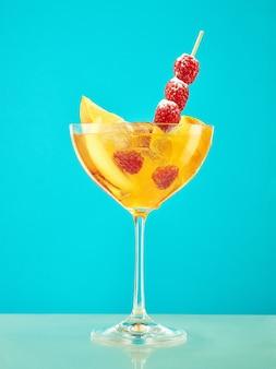 Cocktail de framboises fraîches sur la table du restaurant bleu