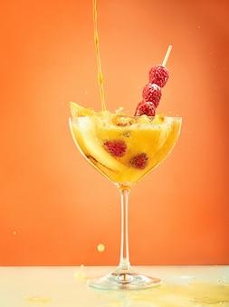 Cocktail de framboises fraîches sur la table du restaurant orange