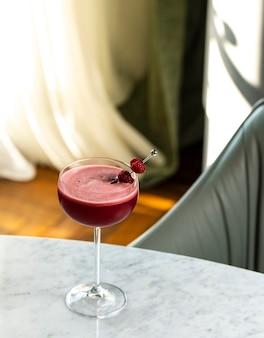 Cocktail de framboises avec des framboises fraîches sur le dessus