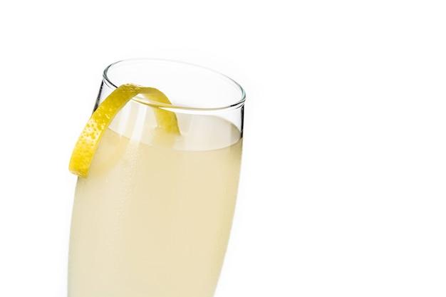 Cocktail français 75 isolé