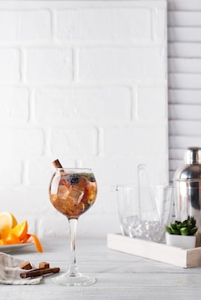 Cocktail froid à la cannelle, baies et cassonade et tonique