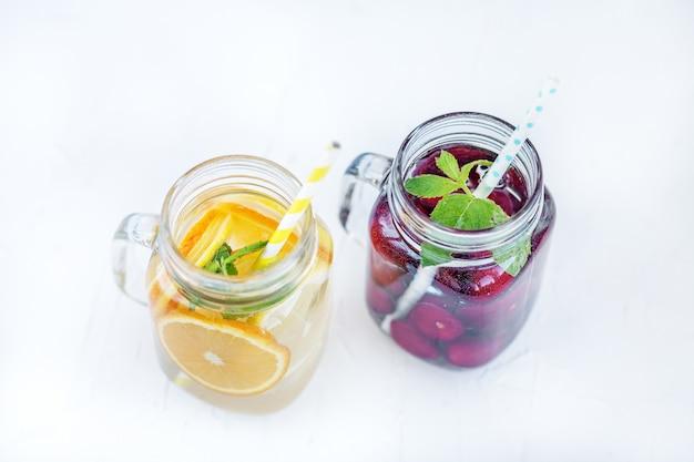Cocktail de fruits aux cerises. détox water l'été et la fête.