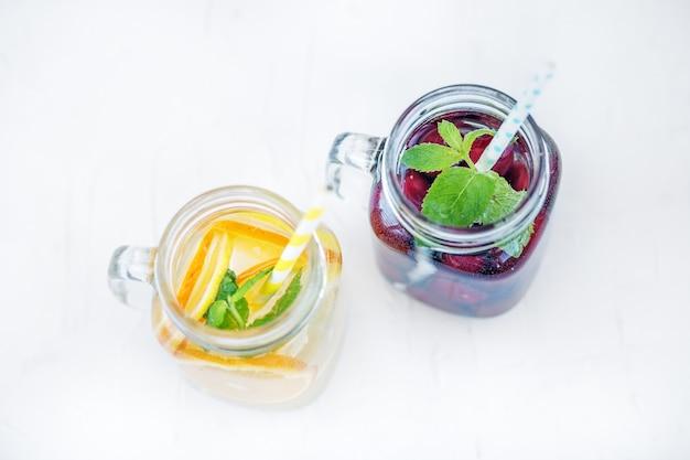 Cocktail de fruits aux cerises. été et fête