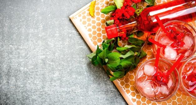 Cocktail de fruits frais. cocktail avec de la glace et des ingrédients sur un plateau en pierre. espace libre pour le texte. vue de dessus