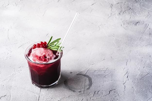 Cocktail de fruits frais glacé en verre avec paille réutilisable