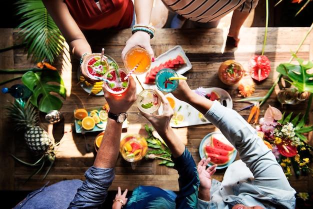 Cocktail et fruits frais et juteux