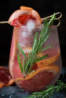 Cocktail de fruits froids avec de la glace dans un verre en verre