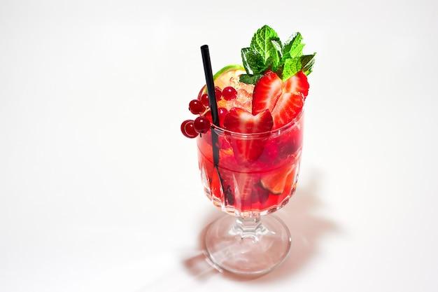 Cocktail de fruits rouges avec garniture à la menthe