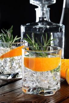 Cocktail gin sec classique avec tonic et orange