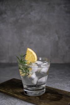 Cocktail gin tonic de boisson alcoolisée au citron, au romarin et à la glace