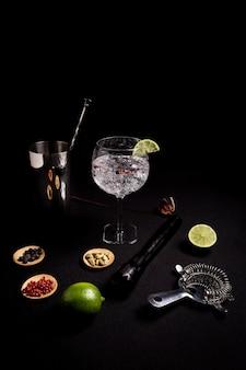 Cocktail de gin tonic sur fond noir