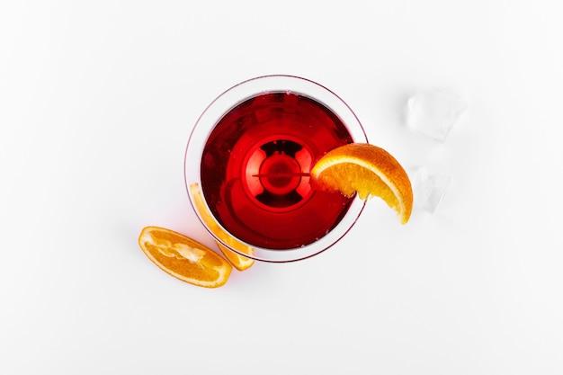 Cocktail de gin-tonic à l'orange sanguine servi avec des tranches d'orange dans un verre