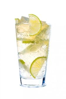 Cocktail glace et citron vert isolé sur fond blanc