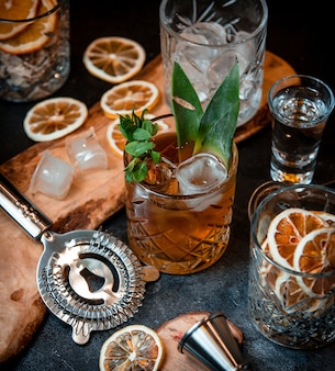 Cocktail avec des glaçons et des feuilles de menthe