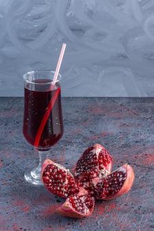 Cocktail De Grenade Fraîche Aux Fruits De Grenade Photo gratuit